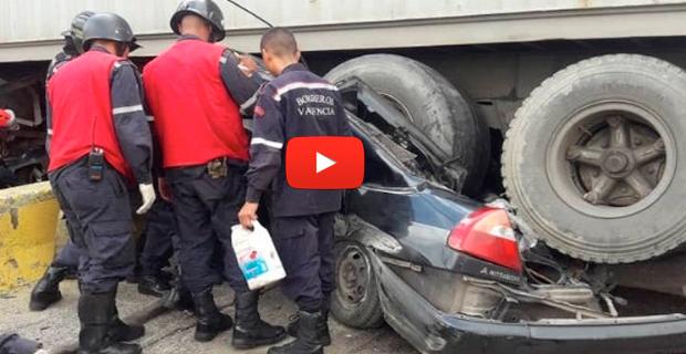 Dos vehículos fueron aplastados por una gandola en Valencia - Hay varios heridos