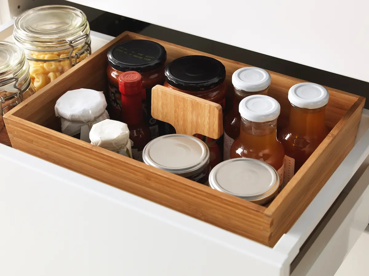 Orden en la despensa: cajones con cajas de madera