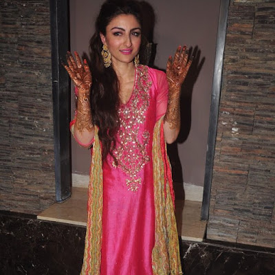 Soha Ali showing her mehendi