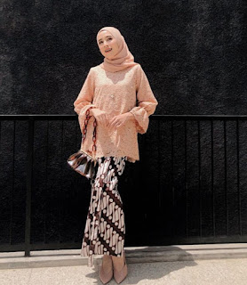 Model kebaya brokat modern hijab warna nude