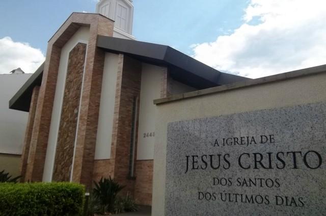 CONQUISTA | Decisão judicial proíbe casal de frequentar igreja devido a comportamento agressivo que estaria tumultuando o culto