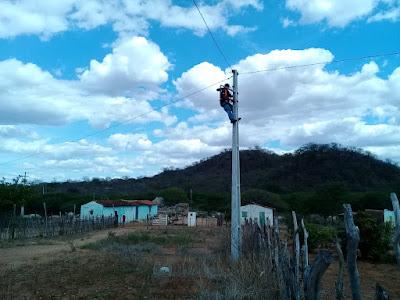 Equipe da secretaria de agricultura de Monteiro realiza reposição de lâmpadas em diversas comunidades