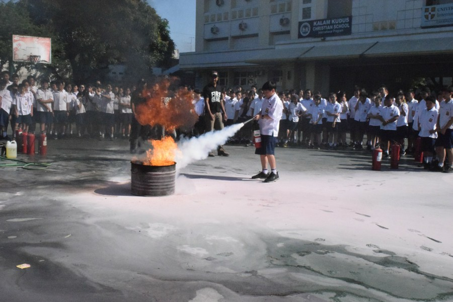 Latih Siswanya Tanggap Bencana, SMP Kristen Kalam Kudus Adakan Simulasi Pemadam Kebakaran