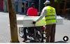 Barahona:- Motorista transporta ataúd (caja de muerto) en su motor