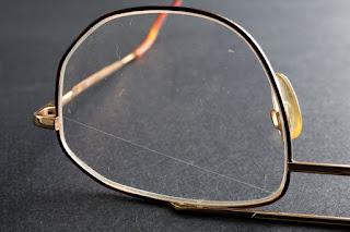 Cara Menghilangkan Goresan Pada Lensa Kacamata