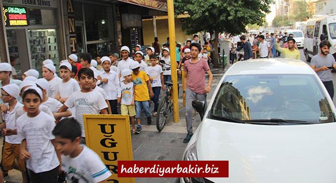 Minikler Diyarbakır'da namaz için yürüdü