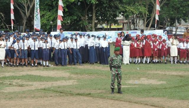 Para siswa-siswi berbagai sekolah mengikuti Apel upacara memperingati sumpah pemuda yang ke 89