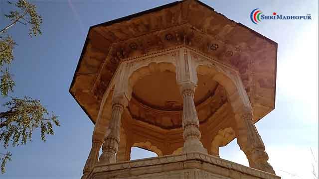 श्रीमाधोपुर की सुन्दर चित्रकारी युक्त भव्य छतरी