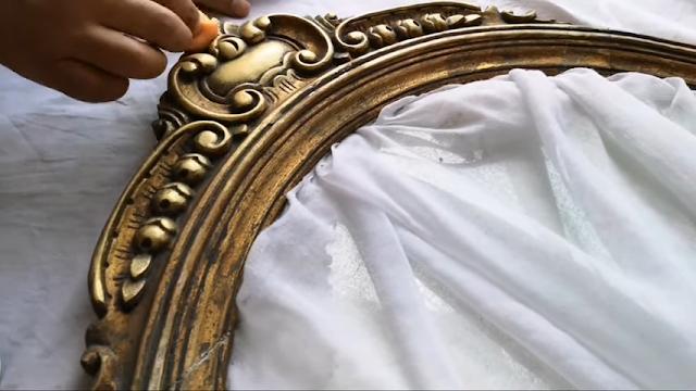 إطار مرآة خشب قديمة مذهبة عتيقة بها زخارف ورسوم نباتية