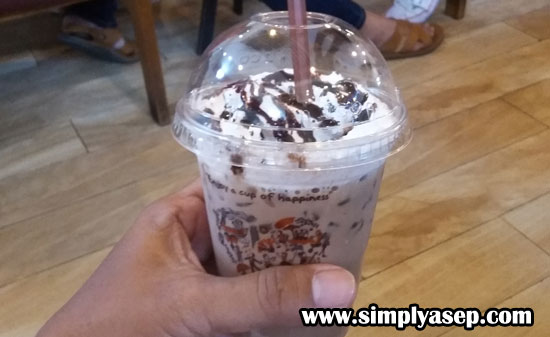 CHOCHO FOREST FRAPPE : Cokelat dicampur dengan nugget es yang dicampur, susu segar, bubuk cherry cokelat gelap, atasnya dengan krim kocok, dan dihiasi dengan serpihan cokelat.