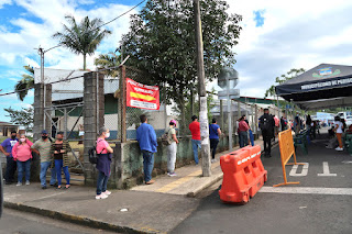Line of people for COVID shots in Santiago de Puriscal
