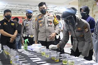 Mendadak Personil Satnarkoba Polres Pelabuhan Makassar lakukan Tes Urine