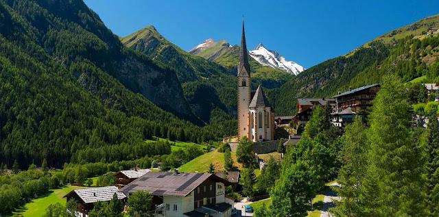Iglesia de San Vicente en Heiligenblut con montañas alpinas alrededor