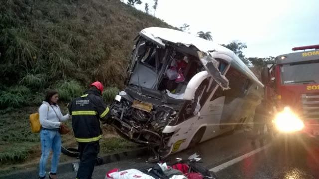 Acidente grave com ônibus da Gontijo e carreta deixa um morto e 17 feridos.