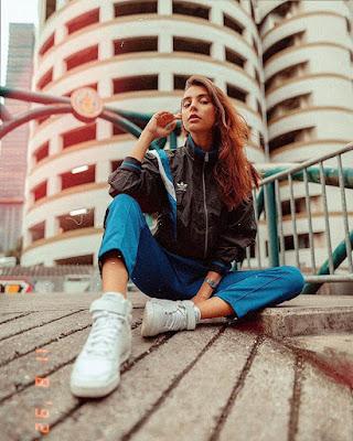 pose tumblr sentada en la calle
