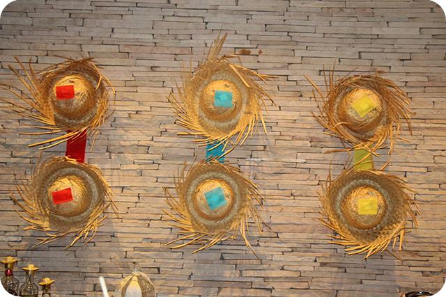 Decoração de Festa Caipira - Junina : Chapéus de Palha na Parede