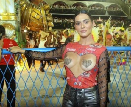A atriz Cleo Pires apostou na ousadia ao escolher o look para assistir aos  desfiles das escolas de samba no Rio, na noite deste domingo (11). c511a511de