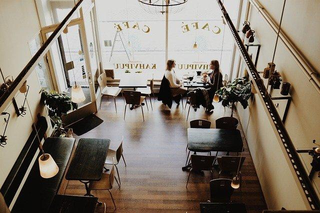 dua orang sedang ngobrol disebuah kafe