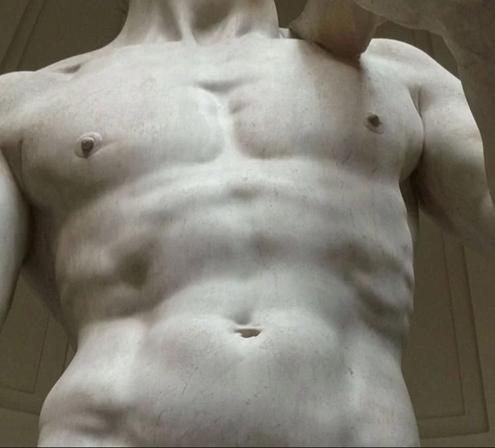 Detalle del torso de El David de Miguel Ángel original en la Galería de la Academia de Florencia. Foto en blanco y negro
