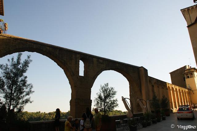 Le arcate rivestite in tufo dell'Acquedotto Mediceo di Pitigliano