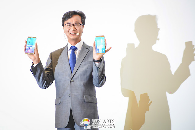 Lee Sang Hoon, president of Samsung Malaysia Electronic showing the two brand new smartphone - Note 5 and S6 Edge Plus