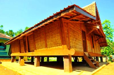 Keraton Kesepuhan Cirebon merupakan model adat Jawa Barat. Keratin ini terdiri dari 4 ruangan. Jinem atau pendopo, Pringgodani, ruang Probayasa dan ruang Panembahan.