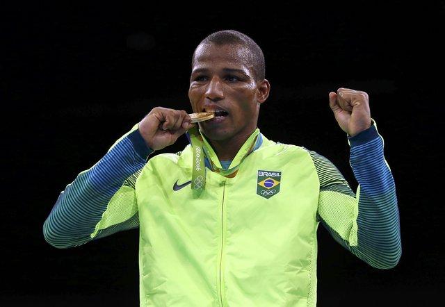 Robson Conceição recebe a medalha de ouro, a primeira do boxe brasileiro. Foto: Reuters/Peter Cziborra/Direitos Reservados
