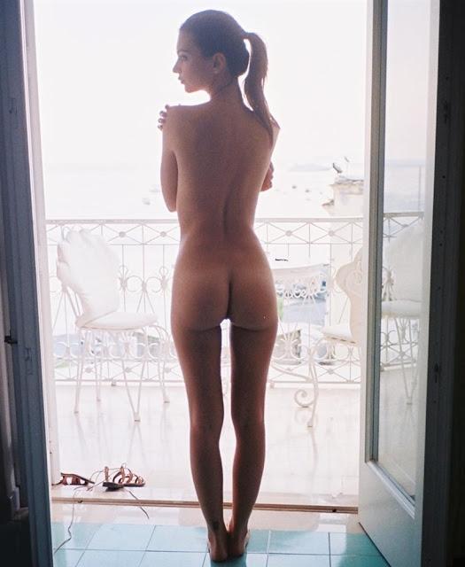 Emily Ratajkowski expõem descaradamente seu corpo nu para o mundo