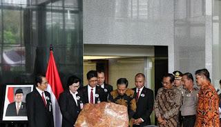 Presiden ketiga dan keenam Republik Indonesia (RI) sejumlah mantan pimpinan KPK serta pejabat negara menghadiri peresmian gedung baru KPK mereka berharap gedung baru KPK jadi simbol dan semangat baru untuk pemberantasan korupsi di negeri ini