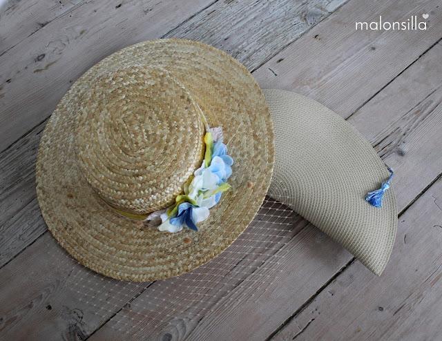 Conjunto de sombrero y bolso en colores natural, amarrillo, blanco y azul celeste by malonsilla sobre suelo de madera.