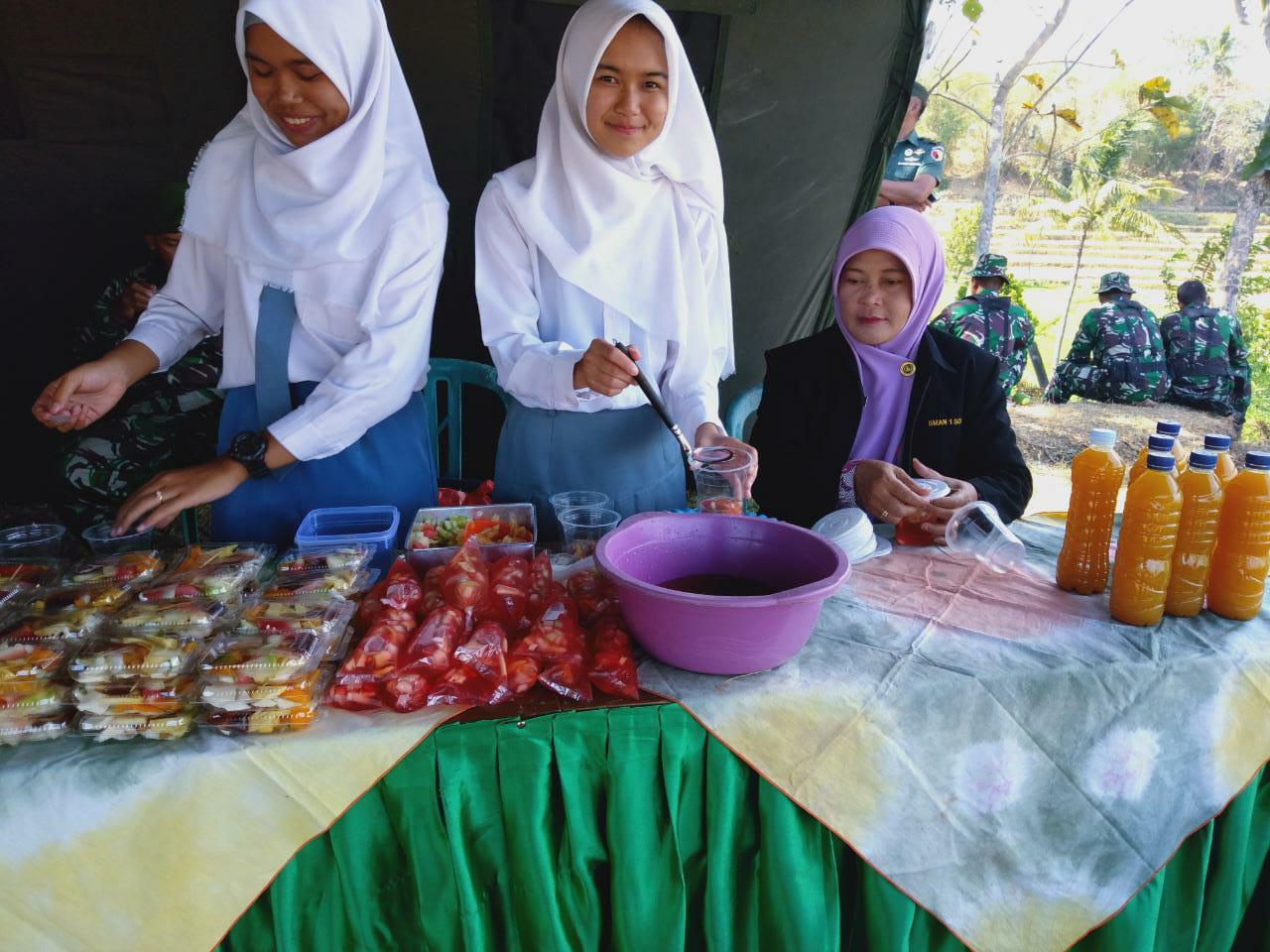 SMAN 1 Sooko Buka Stand Bazar Di Lokasi Upacara Penutupan TMMD Ke 106