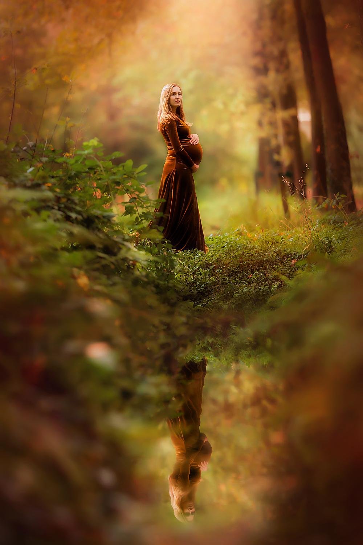herfst foto van een zwangere vrouw aan de waterkant in het bos door fotograaf willie kers uit apeldoorn
