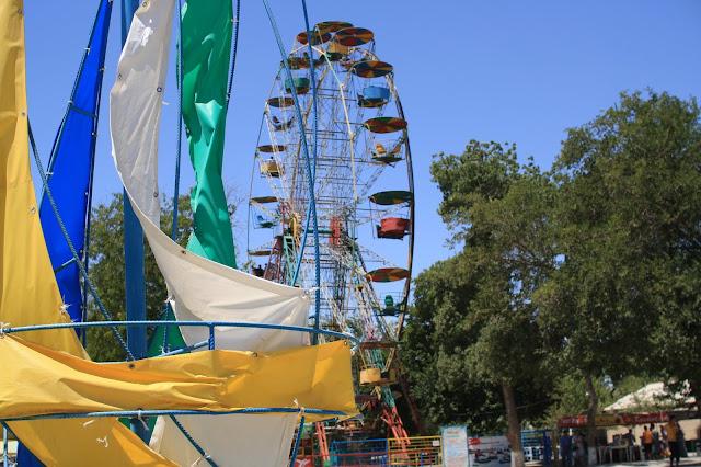Ouzbékistan, Boukhara, Parc des Samanides, manèges, grande roue, © L. Gigout, 2010