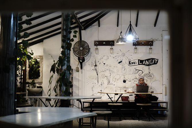 Lantai dua kedai kopi Kaki Langit untuk para perokok