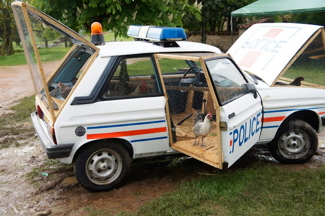 ville hybride une voiture de police transform e en poulailler. Black Bedroom Furniture Sets. Home Design Ideas