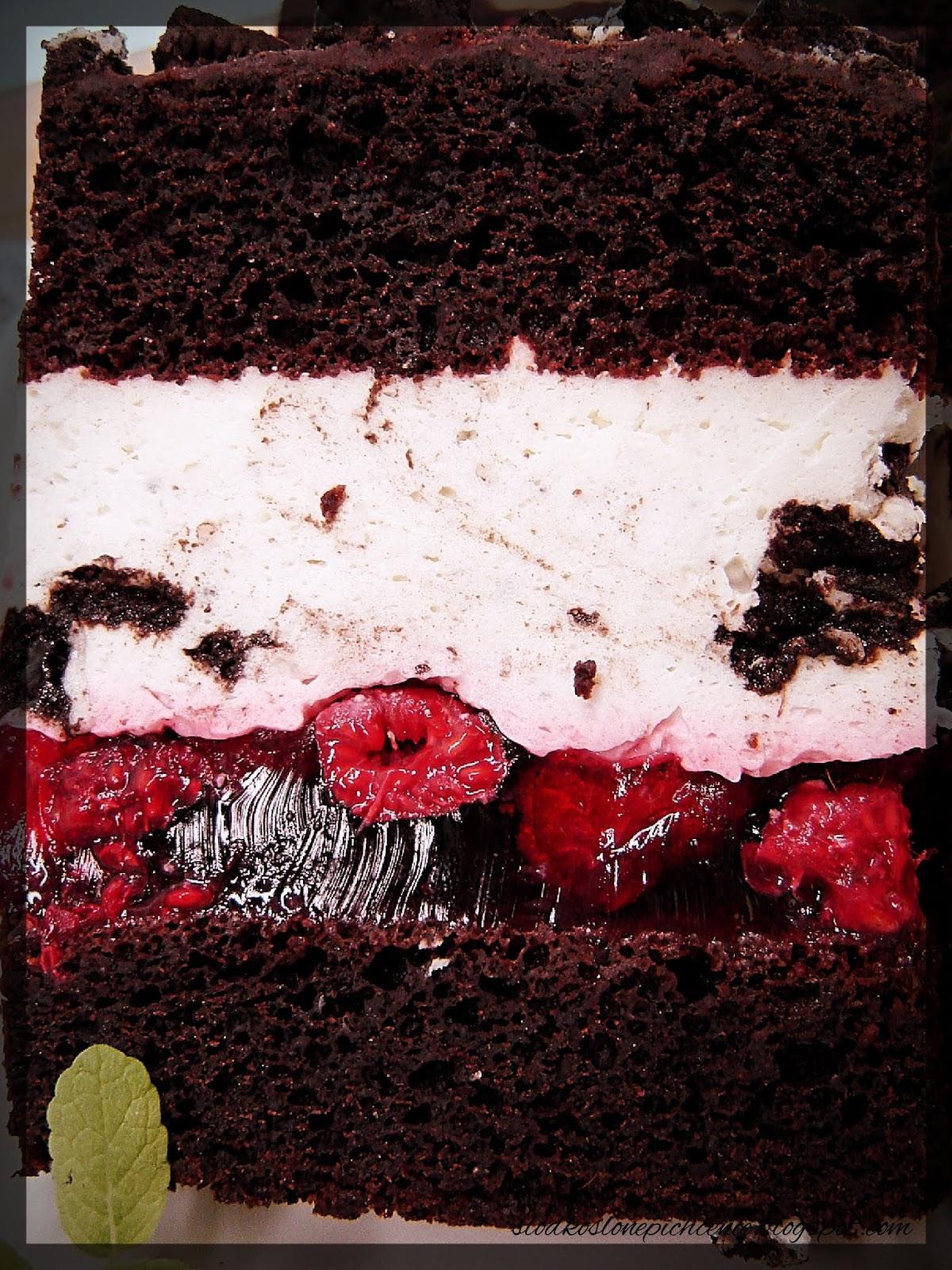 Ciasto czekoladowe z ciasteczkami Oreo i malinami