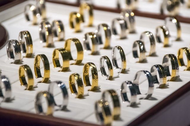 Learn to do the right ring and jewelry displays smartly.