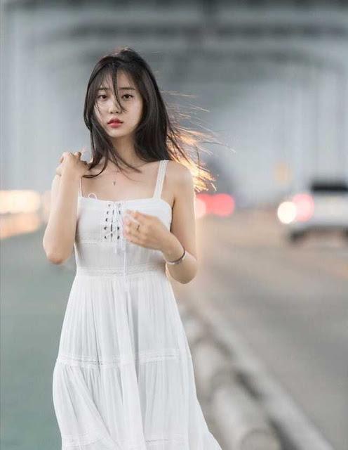 """2 mẫu Hàn Quốc đời thường """"gái ngoan"""", lên hình khác biệt 180 độ"""