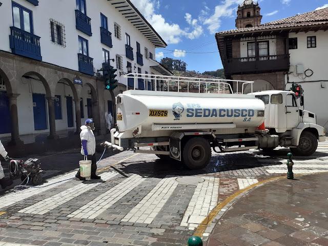 Desinfectando la plaza de Armas de Cusco