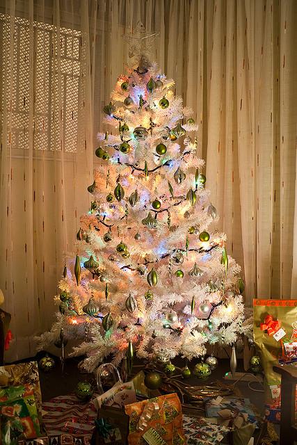 weihnachtsbaum weiß geschmückt