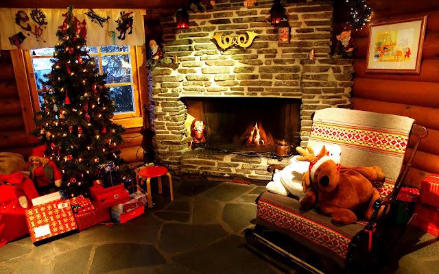 Woonkamer tijdensde  kerst met kerstboom, open haard en kerstcadeaus