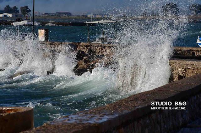 Μεγάλα κύματα από τους ισχυρούς νοτιάδες στο Ναύπλιο