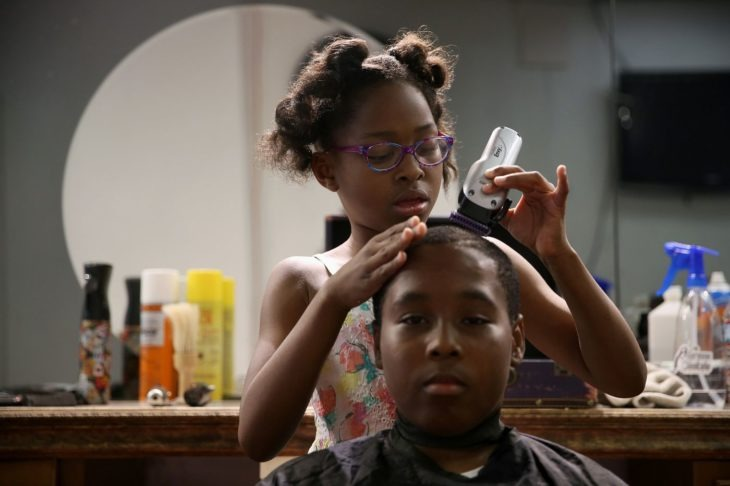 La peluquera más joven del mundo; tiene 8 años y da cortes gratis a gente necesitada