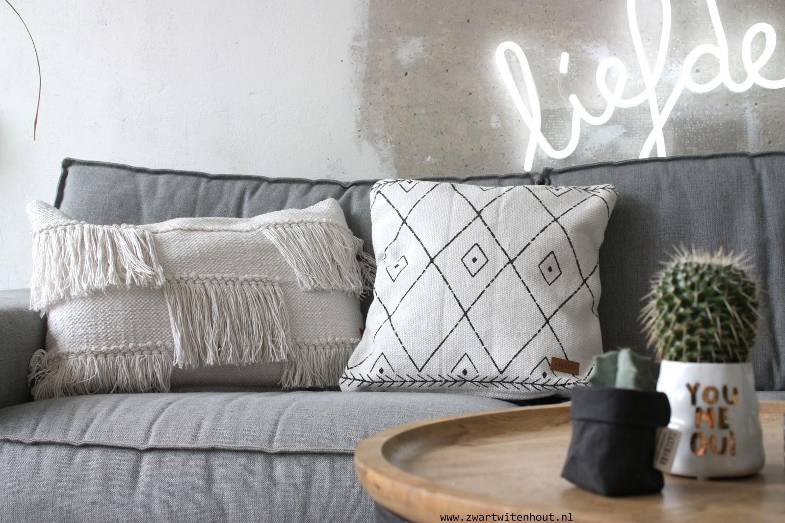 Kussen Wit 9 : Zwart wit en hout zw h jaar zusss winactie uitslag