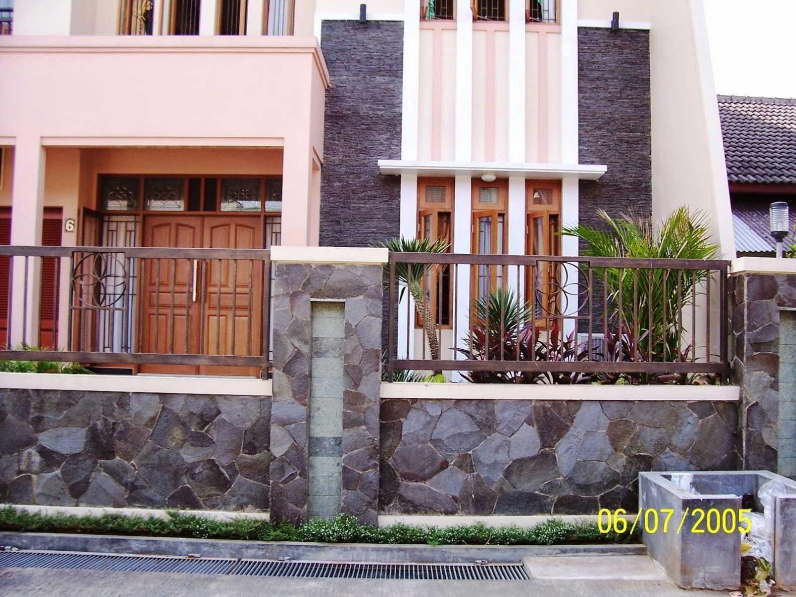 Foto Pagar Rumah Minimalis Kombinasi Besi dan Batu Alam