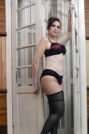 Depois de perder 40 kg, modelo Plus Size de 41 anos faz ensaio de lingerie