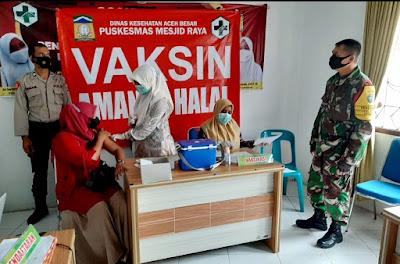 Babinsa Koramil Mesjid Raya Dampingi Pelaksanaan Vaksinasi Bagi Masyarakat