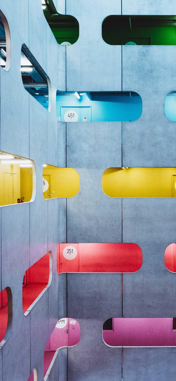 خلفية مبنى اسمنتي متعدد الطوابق بألوان متباينة بتصميم عصري