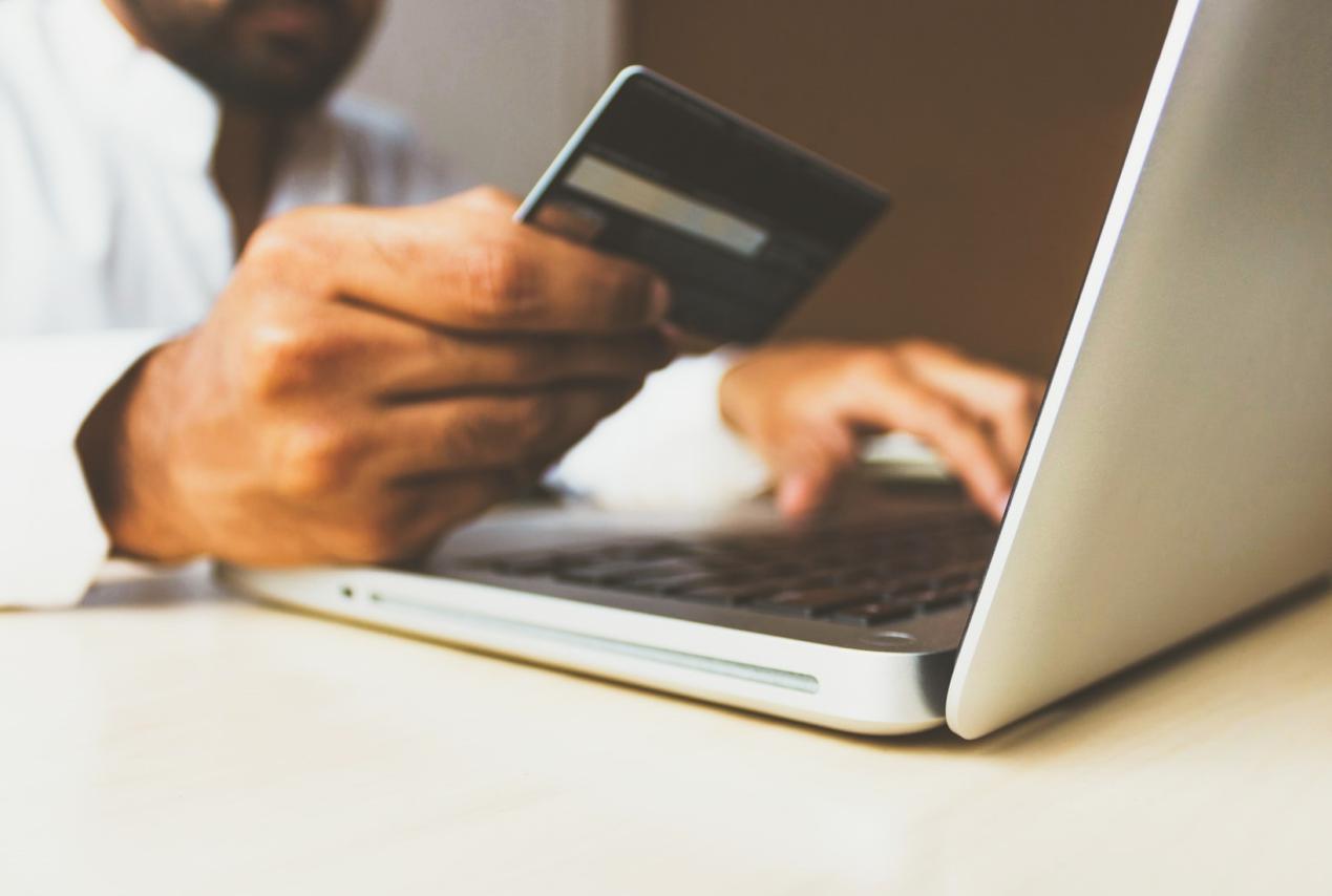 أسباب دفعت المستهلكين لتفضيل التسوق عبر الإنترنت