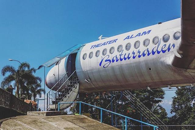foto theater alam baturaden berbentuk pesawat
